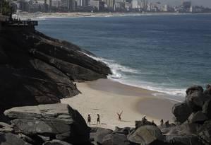 Nesta sexta-feira, cariocas foram conferir a 'nova praia', e aprovaram Foto: Custódio Coimbra / Agência O Globo