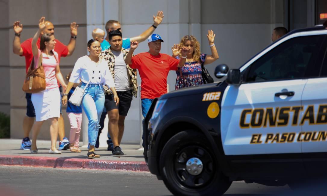 Pessoas saem com as mãos para cima depois de um ataque a tiros em um supermercado em El Paso, no Texas Foto: STRINGER / REUTERS