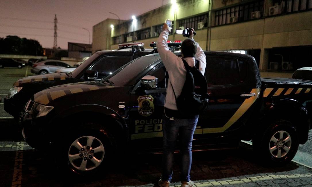 Assalto no aeroporto: Veículos clonados usados por quadrilha, durante roubo de ouro no terminal de cargas de Guarulhos, são periciados Foto: Nacho Doce / Reuters