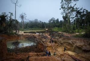 Rotina: Na foto, garimpo ilegal na reserva indígena ianomâmi, em Roraima Foto: Daniel Marenco / Agência O Globo