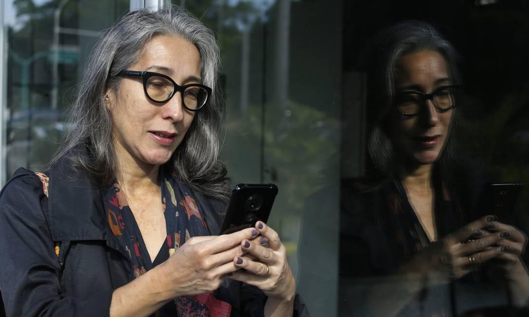 Denise Reis consulta sites no celular para pesquisar preços, mas prefere comprar em lojas físicas: dificuldade em filtrar produtos de seu interesse Foto: Antonio Scorza / Agência O Globo