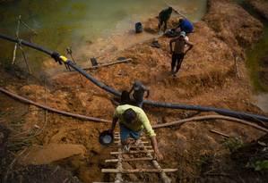 Garimpo ilegal na reserva indígena ianomâmi, em Roraima Foto: Daniel Marenco / Agência O Globo