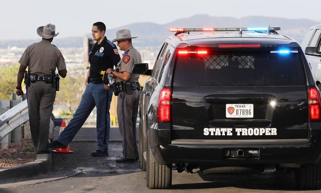 Policiais atuam em investigação ne área próxima ao Walmart, em El Paso Foto: MARIO TAMA / AFP