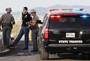 Policiais atuam em investigação na área próxima ao Walmart, em El Paso Foto: MARIO TAMA / AFP
