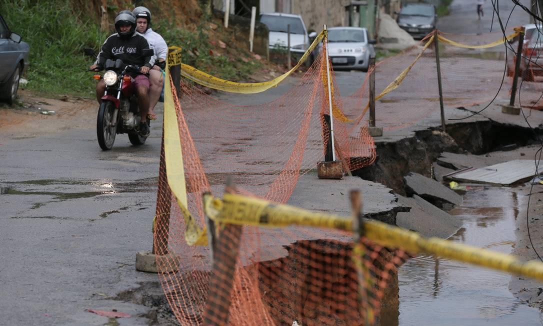 """Cratera na Rua Camatiá """"engoliu"""" dois veículos no sábado e causou interrupção do fornecimento de água no local Foto: Cléber Júnior / Agência O Globo"""