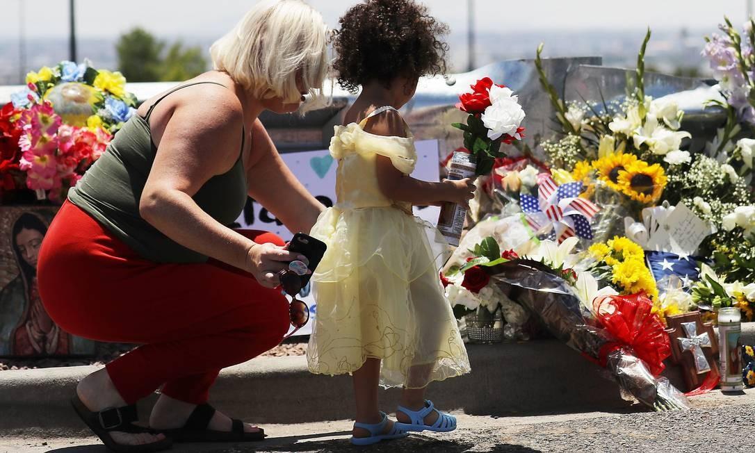 Mãe e filha deixam flores do lado de fora do Walmart, em El paso, no Texas, onde um ataque deixou pelo menos 20 mortos Foto: MARIO TAMA / AFP