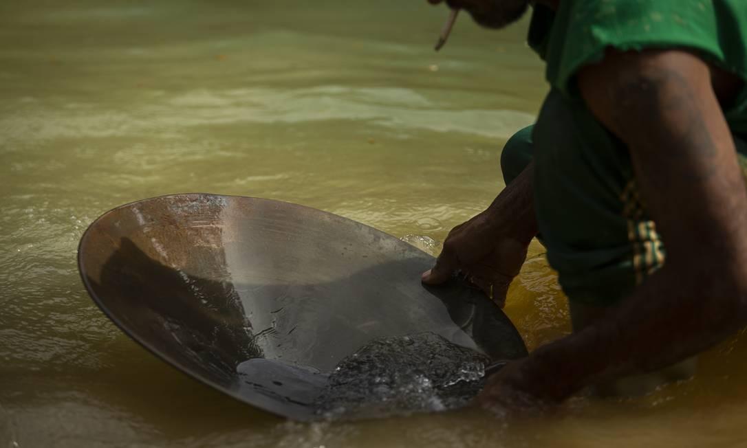 Garimpeiro ilegal em atuação na reserva ianomâmi, em Roraima Foto: Daniel Marenco / Agência O Globo