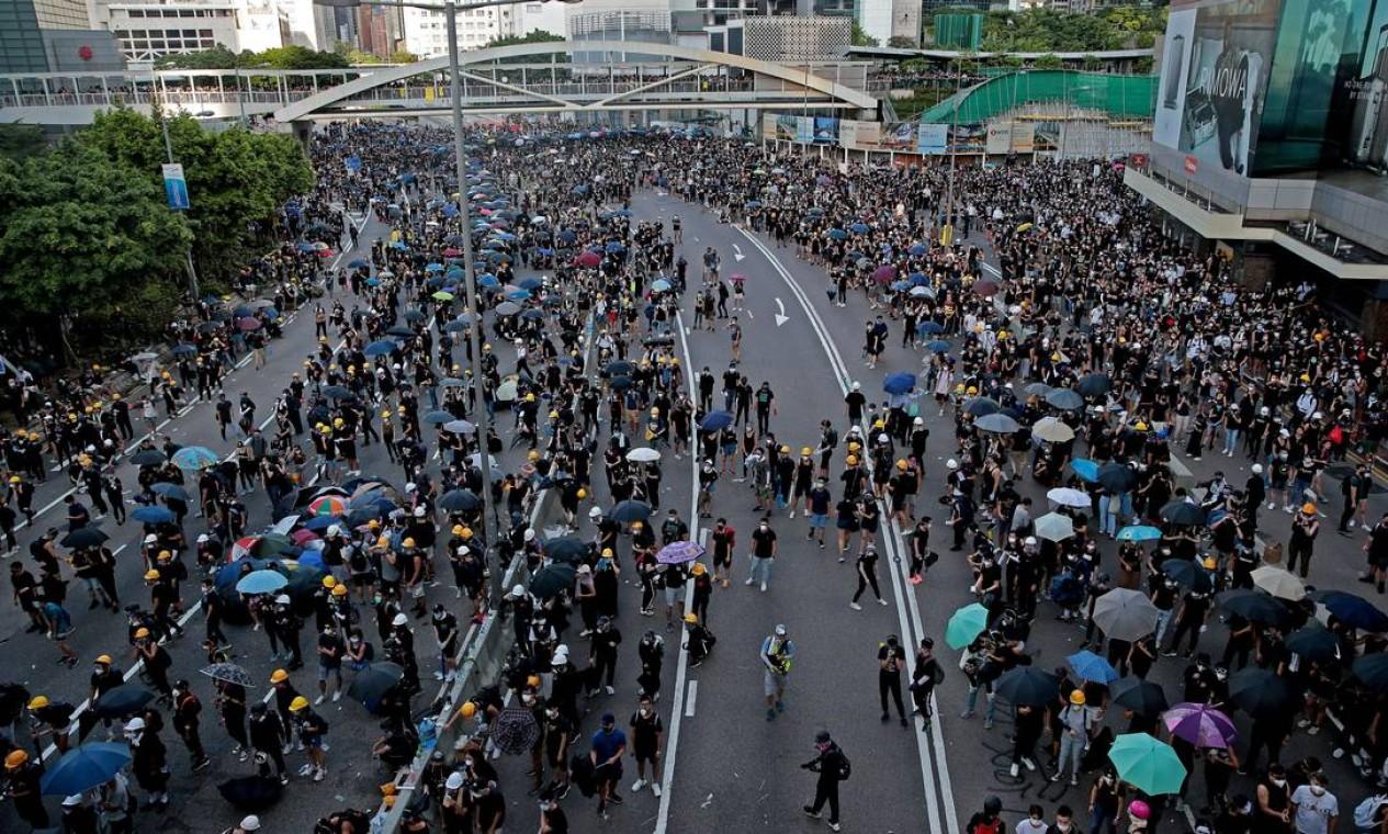 Manifestantes se reúnem na Hardcourt Road. Os protestos despertam preocupações em Pequim Foto: ELOISA LOPEZ / REUTERS
