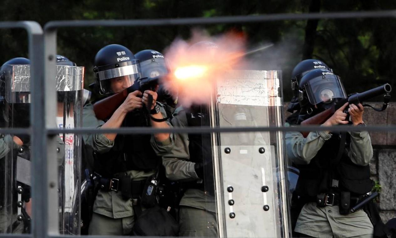 Policiais antimotim disparam bombas de gás lacrimogêneo para dispersar uma manifestação em apoio à greve em Hong Kong Foto: TYRONE SIU / REUTERS