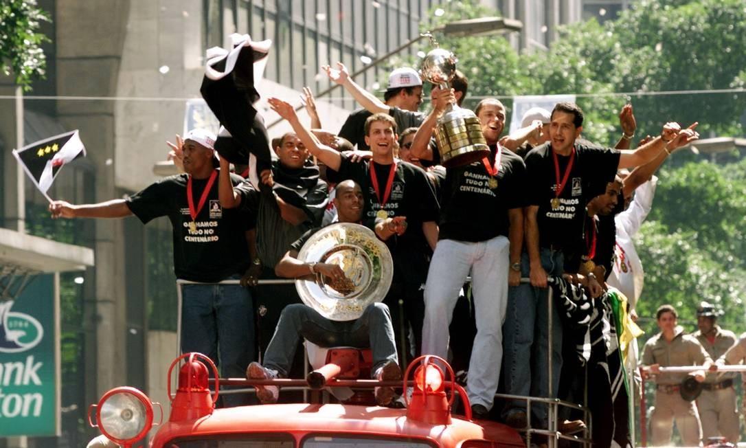 Time do Vasco campeão da Libertadores da América de 1998 desfila no carro do Corpo de Bombeiros Foto: Gregg Newton / Reuters
