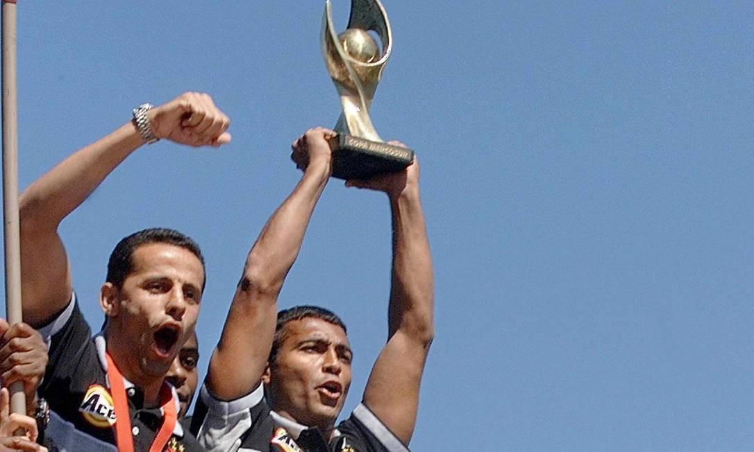 Jogadores do Vasco: Romário (com a taça), Euller (no alto, à esquerda), Juninho Paulista (abaixo, à direita) e Pedrinho (abaixo, à esquerda), festejam a conquista do titulo da Copa Mercosul, em dezembro de 2000 Foto: Vanderlei Almeida / AFP