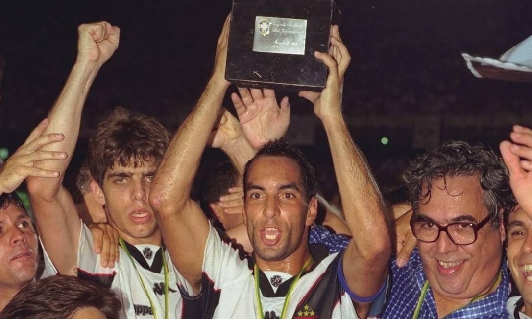 Edimundo ergue a taça do Campeonato Brasileiro de 1997, conquistado sobre o Palmeiras Foto: Fernando Maia / Agência O Globo