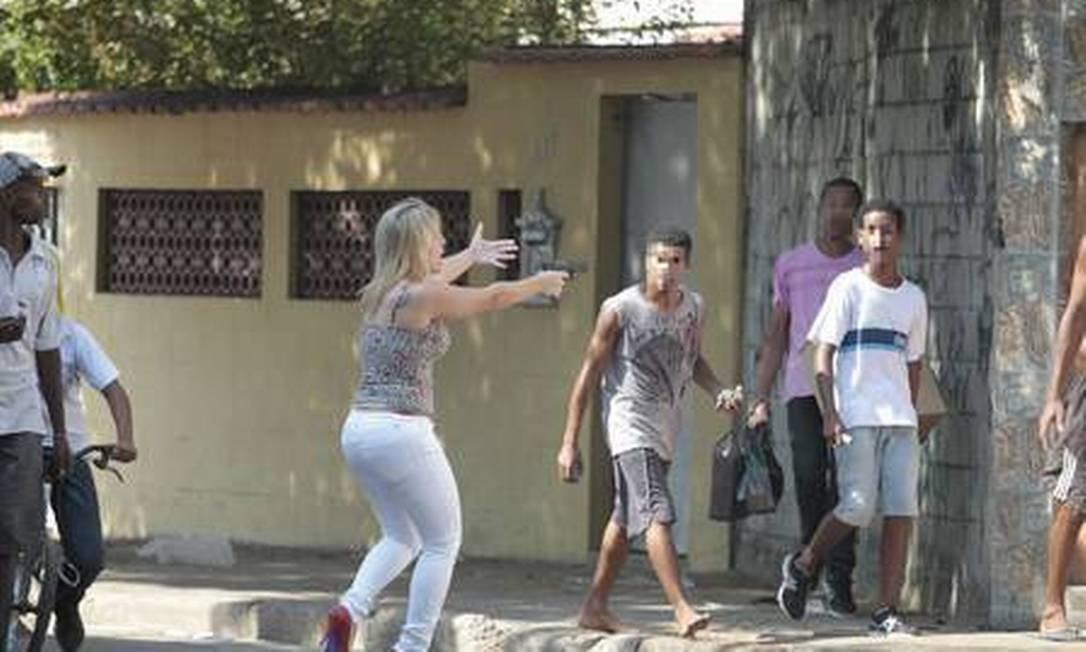 A nova secretária de Witzel, major PM Fabiana, em 2014, de salto alto, durante uma ação na Maré Foto: Bruno Gonzalez