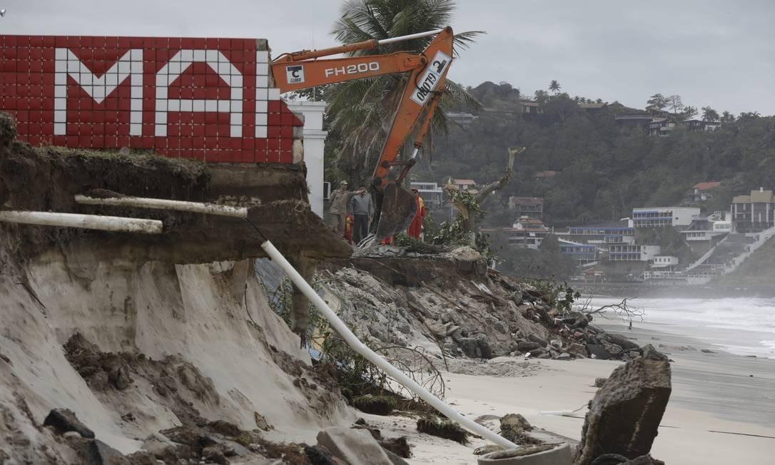 Muro da sede do G-mar foi derrubado pela ressaca Foto: Custódio Coimbra / Agência O Globo