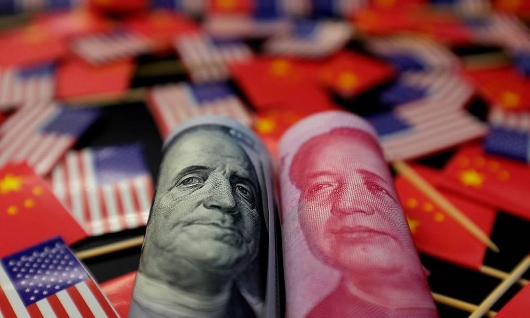 Dólares e yuans: desvalorização pode gerar guerra cambial. Foto: Jason Lee / REUTERS