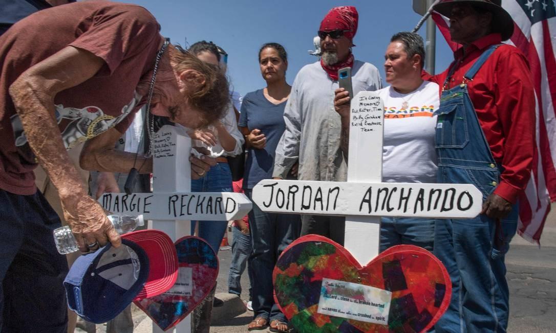 Antonio Basbo beija cruz com o nome da esposa Margie Reckard, que morreu no ataque de El Paso, em um memorial improvisado às vítimas no local: discurso do presidente empodera extremistas Foto: MARK RALSTON/AFP