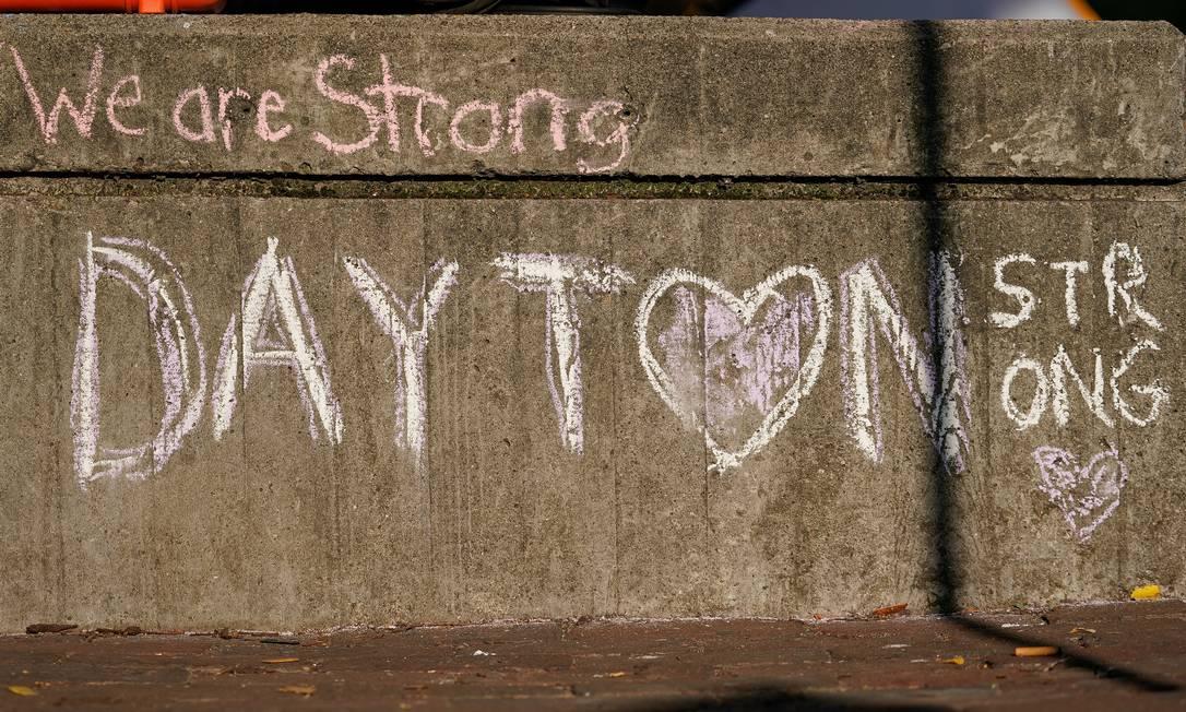 """Mensagem escrita a giz em uma rua perto da cena do tiroteio em massa da manhã de domingo: """"Nós somos fortes"""" Foto: BRYAN WOOLSTON / REUTERS"""