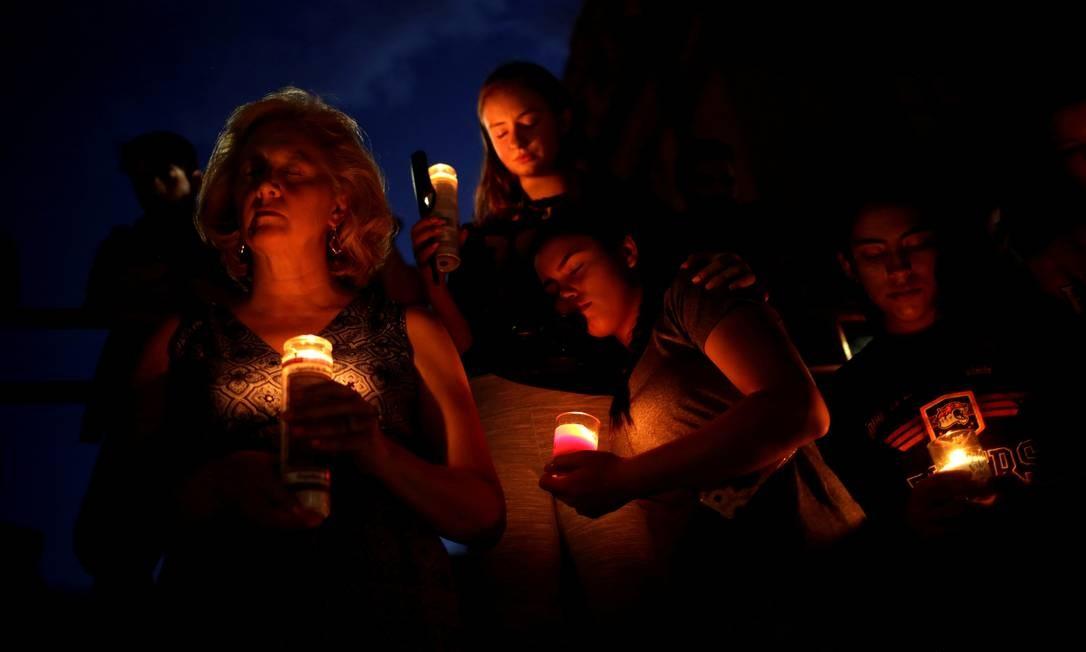 Em sinal de luto, pessoas participam de uma vigília em El Paso. Ataque de sábado deixou 22 mortos em um supermercado da rede Walmart na cidade fronteiriça, no Texas Foto: Jose Luis Gonzalez / REUTERS