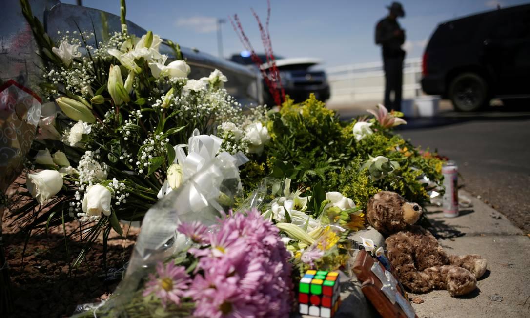 Flores foram deixadas no local do ataque em El Paso. FBI investiga caso como possível crime de ódio e ato de terrorismo doméstico Foto: JOSE LUIS GONZALEZ / REUTERS