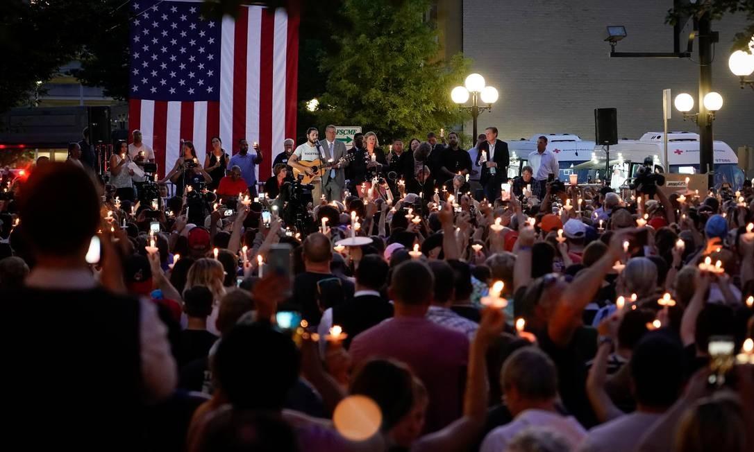 Políticos locais e estaduais e líderes empresariais se unem aos membros da comunidade para uma vigília no local onde nove pessoas foram mortas. O massacre ocorreu menos de 24 horas depois que um atirador do Texas abriu fogo em um shopping center, matando pelo menos 20 pessoas Foto: BRYAN WOOLSTON / REUTERS