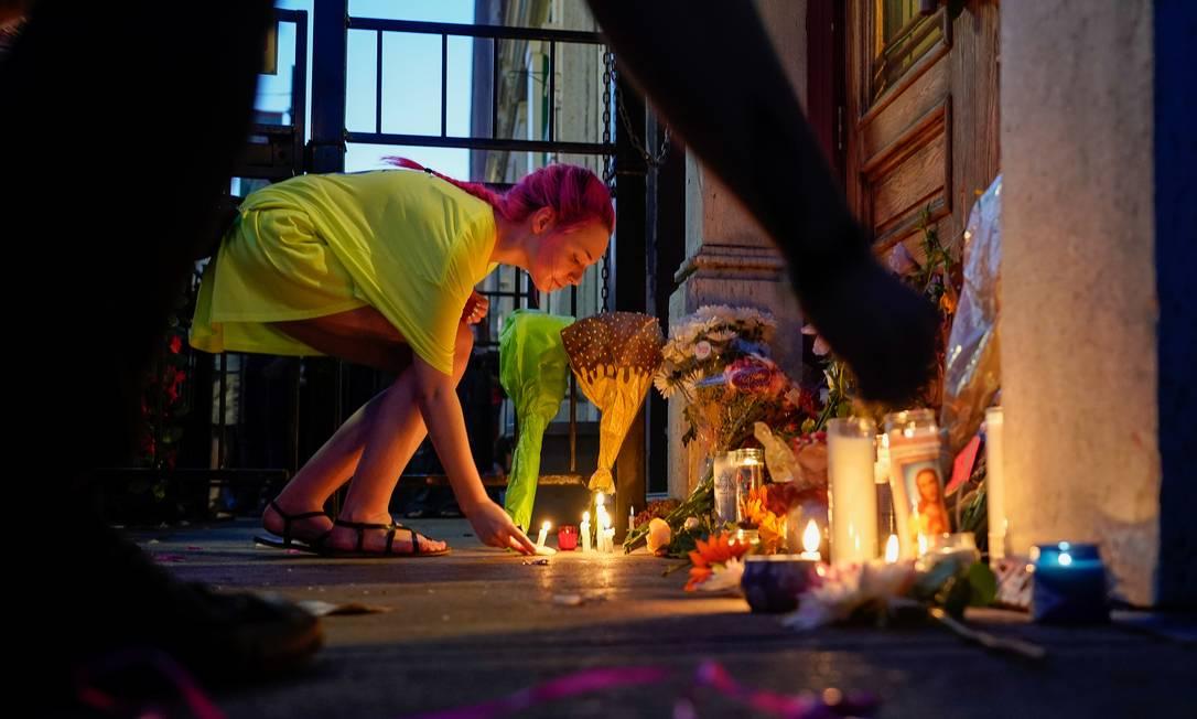 Uma mulher deixa uma vela no local do ataque em Dayton, Ohio Foto: BRYAN WOOLSTON / REUTERS