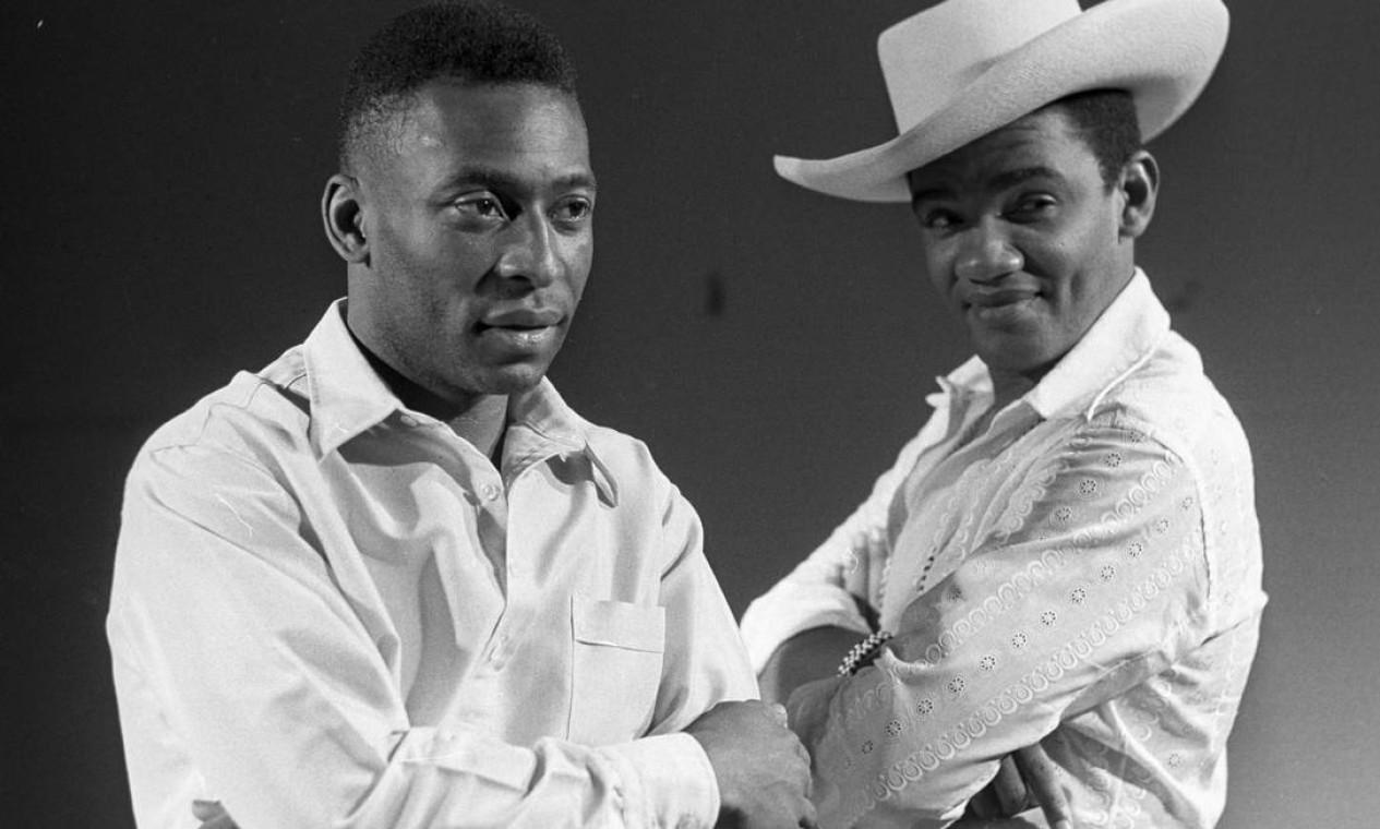 Pelé e Simonal posam juntos em novembro de 1969 Foto: Arquivo / Agência O Globo