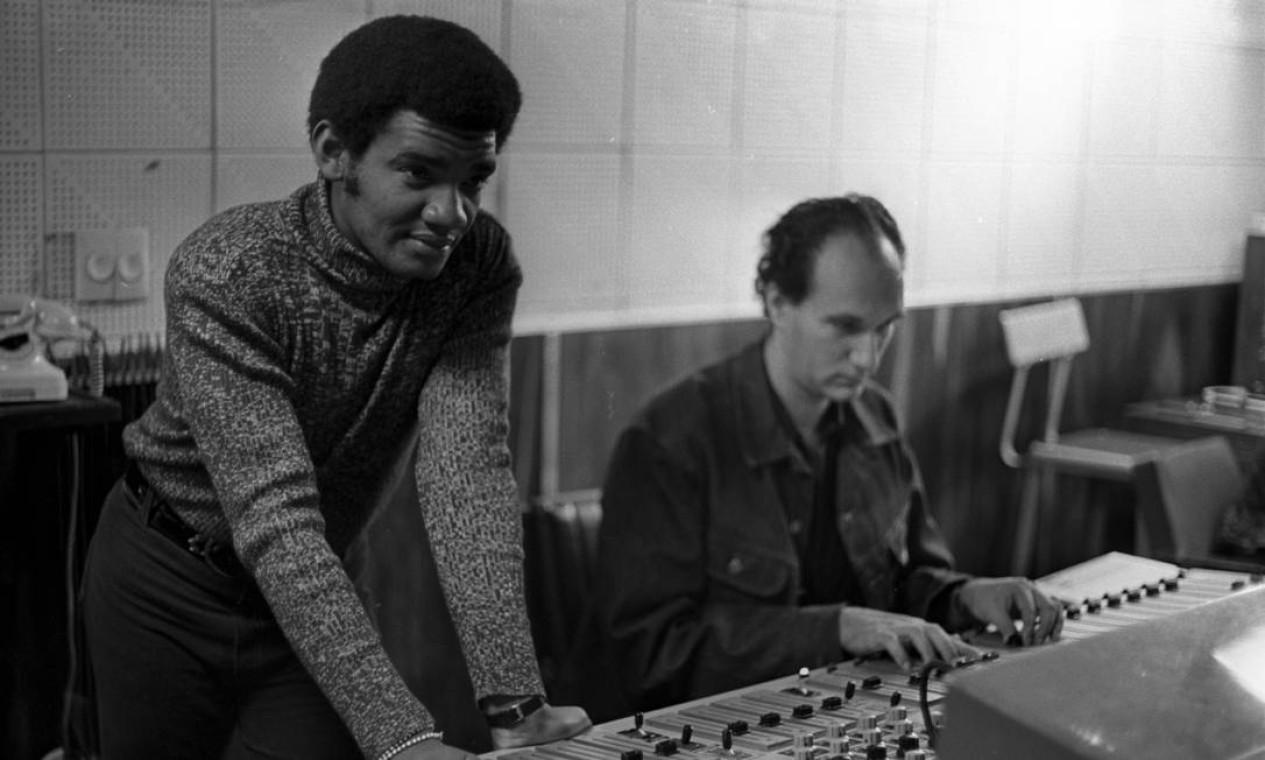 O cantor Siomonal grava na Phillips, em julho de 1972 Foto: Jorge Peter / Agência O Globo