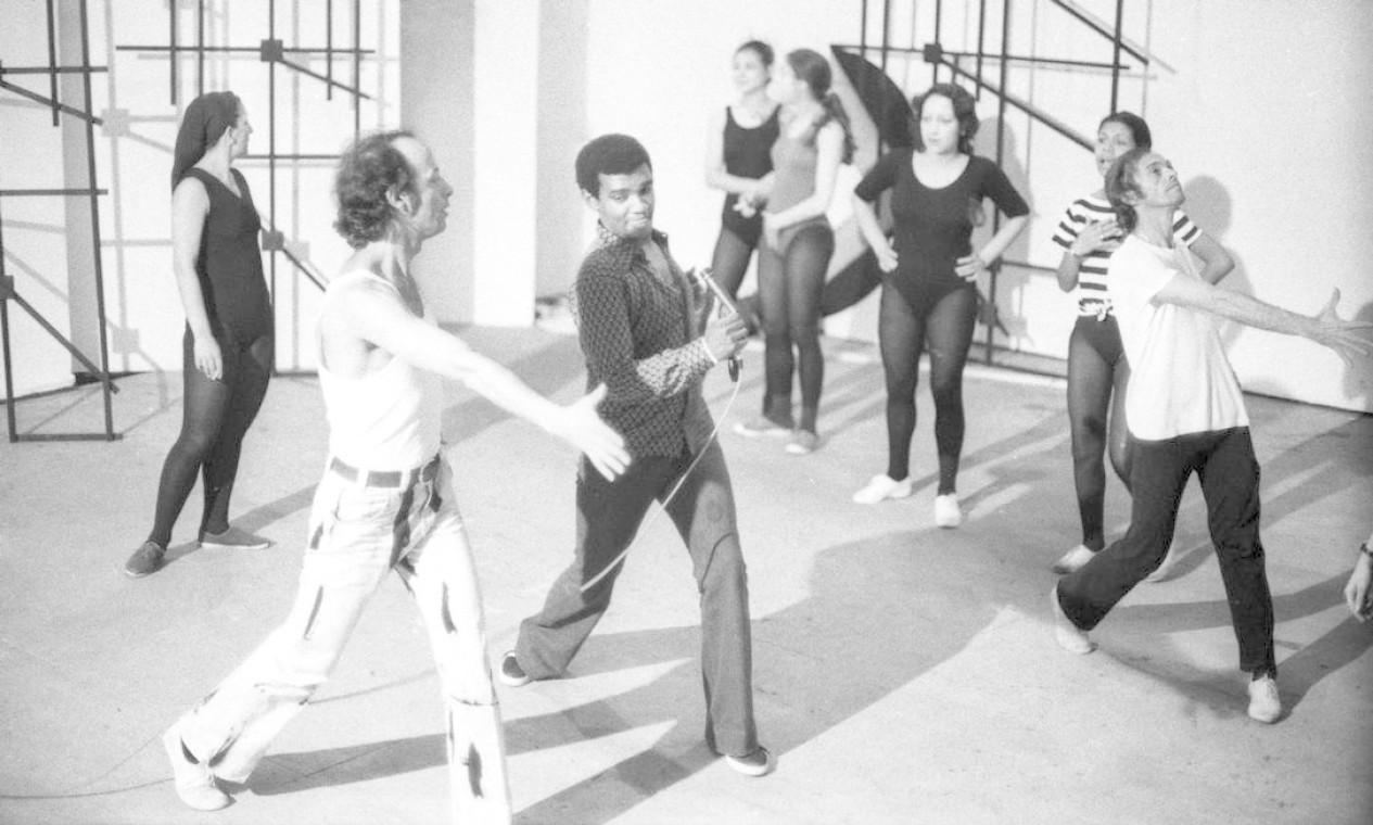 """Wilson Simonal durante ensaio para o show """"Simonal em Preto Total""""em 1971 Foto: Arquivo / Agência O Globo"""