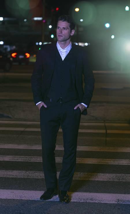 Camisa, R$ 329, Ad Brand; blazer, R$1.105, Forum; calça, R$ 1.699, e sapato, R$ 548, Ricardo Almeida. Foto: BROWN / Luiz Brown