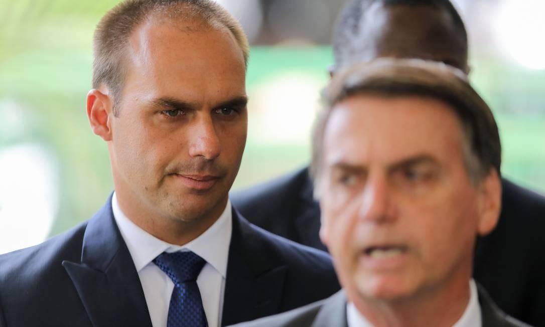 O presidente Jair Bolsonaro e o filho deputado Eduardo Bolsonaro Foto: SERGIO LIMA / AFP 14/11/2018