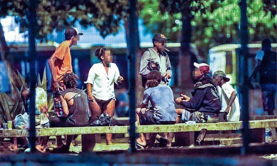 Usuários de drogas ocupam a Praça Nossa Senhora da Paz, em Ipanema: decreto publicado na segunda-feira permite que a prefeitura faça a internação involuntária de dependentes que vivem nas ruas Foto: Marcelo Régua / Agência O GLOBO