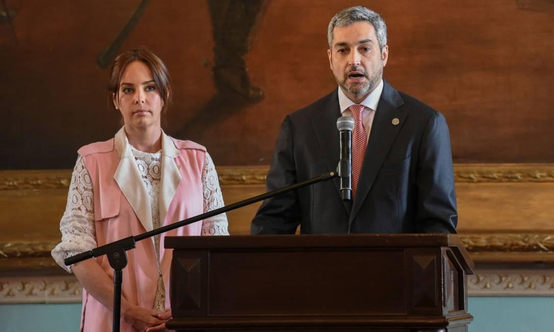 Mario Abdo Benitez, ao lado de sua esposa, Silvina Lopez, fazendo uma declaração na semana passada Foto: NORBERTO DUARTE / AFP