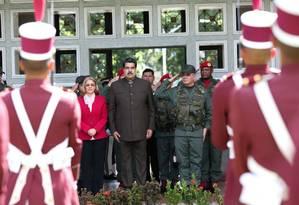 Maduro com a mulher, Cilia Flores, e o ministro da Defesa, Vladimir Padrino Lopez, em cerimônia da Guarda Nacional em Caracas: mais pressão por parte dos EUA Foto: HANDOUT / REUTERS