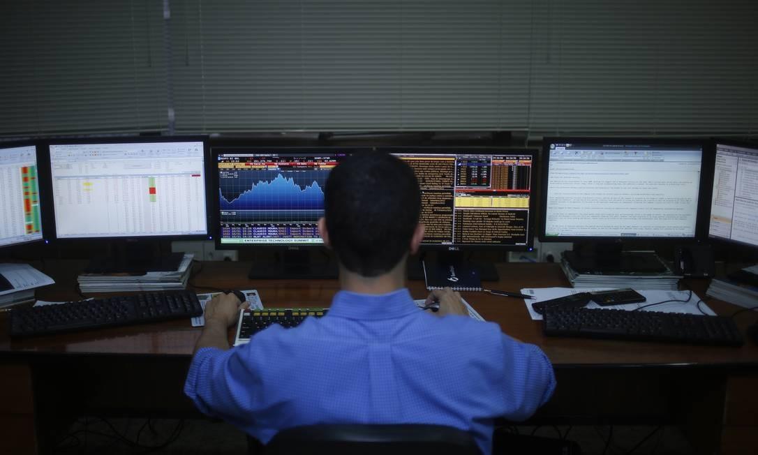 Leilão das ações da OGX, braço petrolífero do Grupo EBX de Eike Batista, em outubro de 2013 Foto: Paula Giolito / Agênica O Globo