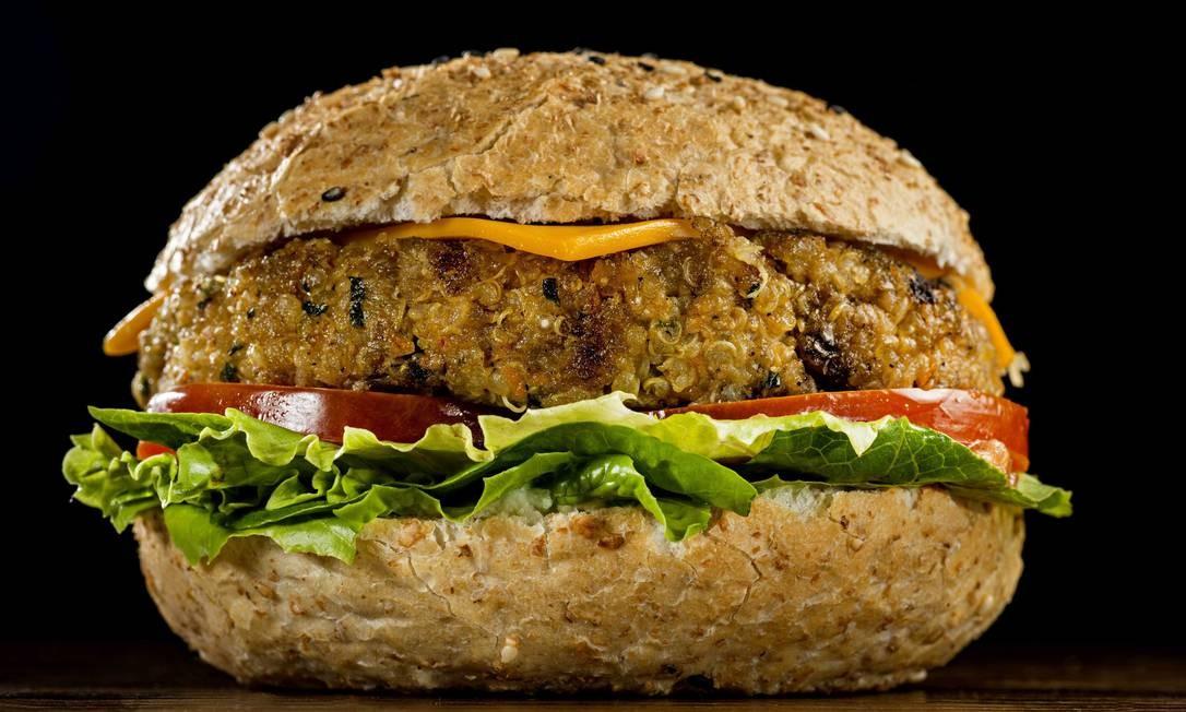 ZS ÁGUA NA BOCA/ VEGETARIANOS - MADERO - Cheeseburger Vegetariano Fit (Hamburger de quinoa, aveia, cenoura e temperos como cebola, cebolinha e alho poró, creme de palmito, cheddar low sódio light, alface, tomate e cebola assada - R$37). Foto: Nilo Biazetto Neto / .