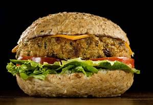 A onda do hambúrguer vegetariano já chegou às mesas dos restaurantes, como a rede Madero Foto: Nilo Biazetto Neto / .