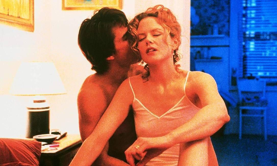 Em 'De olhos bem fechados', Alice, interpretada por Nicole Kidman, admite a seu marido, o médico Bill Hartford, vivido por Tom Cruise, que tem fantasias sexuais com outro homem. Bill então se envolve com um grupo sexual secreto Foto: Divulgação