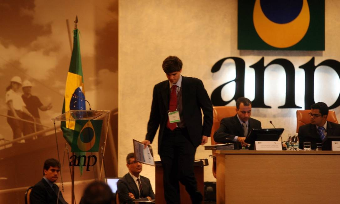 Consultor financeiro da ONX de Eike Batista deposita oferta no leilão da Agência Nacional de Petróleo (ANP) para explorar petróleo na Bacia de Campos Foto: Marcelo Carnaval / Agênica O Globo