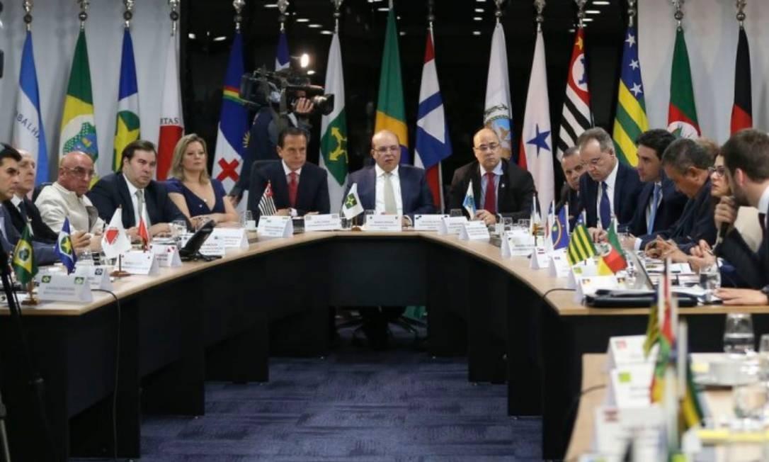 O presidente da Câmara, Rodrigo Maia (3º da esquerda para direita) participa da 5ª edição do Fórum dos Governadores, em junho Foto: Agência Brasil