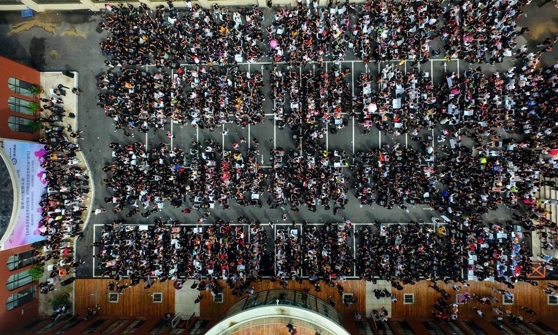 Cerca de 1.400 cabeleireiros tentam o recorde mundial do Guinness para o maior número de pessoas cortando cabelo ao mesmo tempo, em Shenyang, na província de Liaoning, nordeste da China Foto: - / AFP
