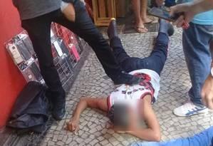 Homem foi baleado após tentar assaltar policial militar à paisana, em frente ao Extra da Rua Riachuelo, no Centro Foto: Reprodução