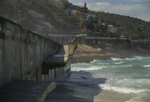 Pelo menos duas pessoas já se feriram, ainda que levemente, ao esbarrarem em vergalhões de uma rampa de acesso à Praia de São Conrado que desabou durante a ressaca de 2016 Foto: Guito Moreto / Agência O Globo
