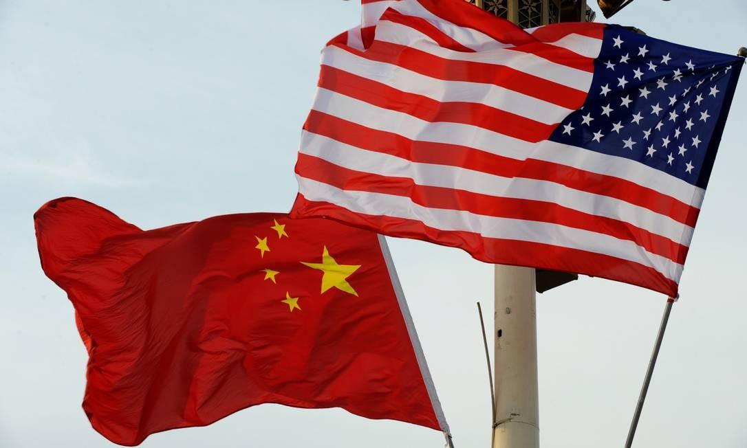 Bandeiras dos Estados Unidos e da China Foto: VCG / VCG via Getty Images