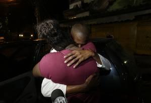 Reencontro com a mãe: Alexandrina disse que irá comemorar com pizza ao lado do filho Foto: Marcelo Theobald / Agência O GLOBO