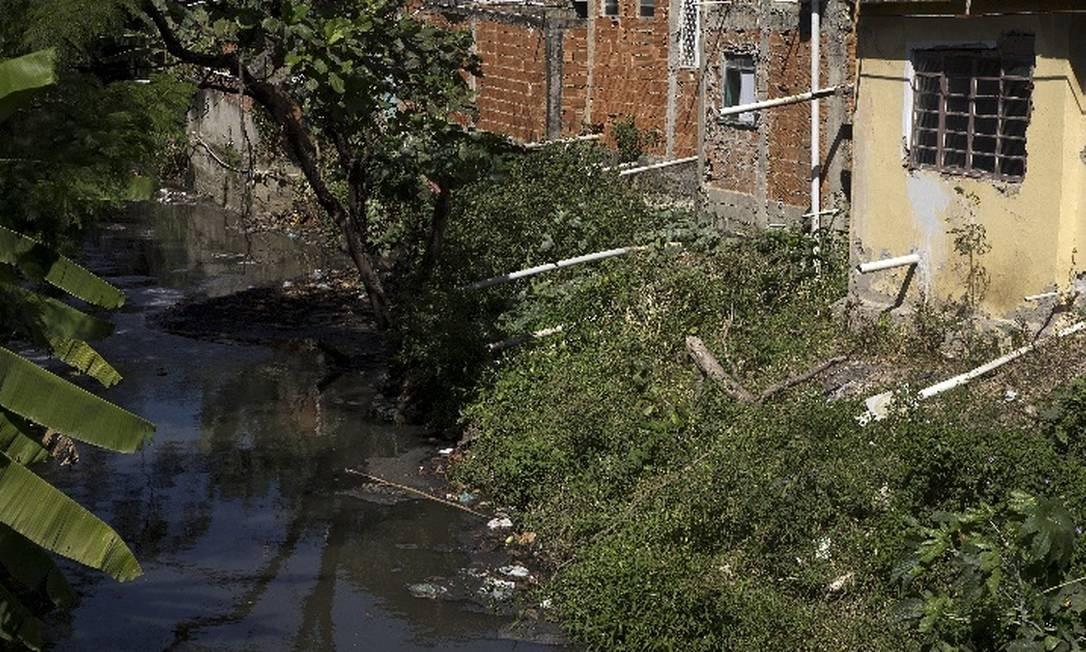 Barracos despejam dejetos no Canal do Arroio Fundo, em Jacarepaguá Foto: Antônio Scorza / Agência O Globo