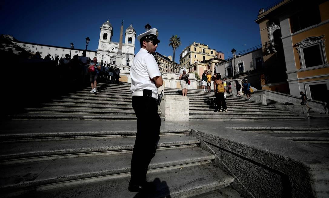 Guarda fiscaliza a escadaria de Piazza di Spagna, em Roma, onde ninguém mais pode sentar Foto: FILIPPO MONTEFORTE / AFP
