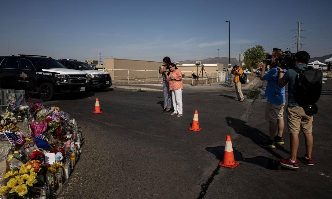 Memorial improvisado montado próximo à filial da rede de supermercados americana Walmart em El Paso, Texas, onde um atirador identificado como um terrorista supremacista branco matou ao menos 22 pessoas no último fim de semana: atirador foi influenciado por ideologia apocalíptica que prevê, e promete acelerar, um conflito civilizacional Foto: / Adriana Zehbrauskas/The New York Times