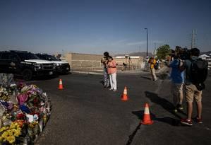 Memorial improvisado montado próximo à filial da rede de supermercados americana Walmart em El Paso, Texas, onde um atirador identificado como um terrorista supremacista branco matou ao menos 22 pessoas no último fim de semana: traços ideológicos, discursos de recrutamento e histórias de radicalização do Estado Islâmico durante sua ascensão ecoam, quase palavra por palavra, àqueles dos terroristas nacionalistas brancos de hoje Foto: Adriana Zehbrauskas/The New York Times