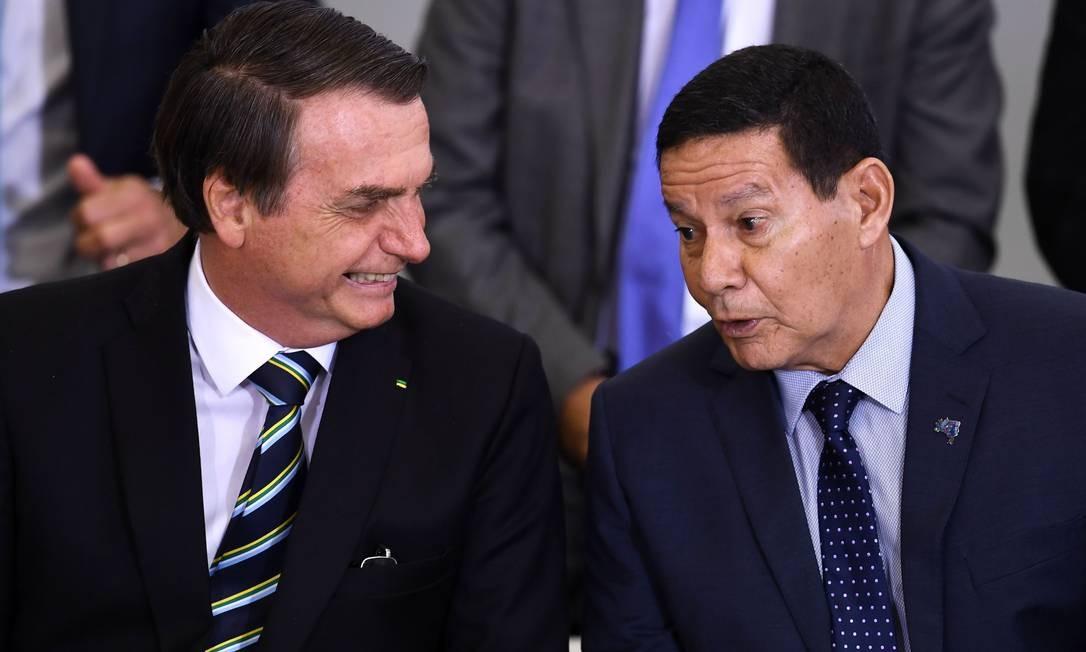 Vice-presidente brasileiro, Hamilton Mourão (direita), ao lado do presidente, Jair Bolsonaro Foto: EVARISTO SA / AFP