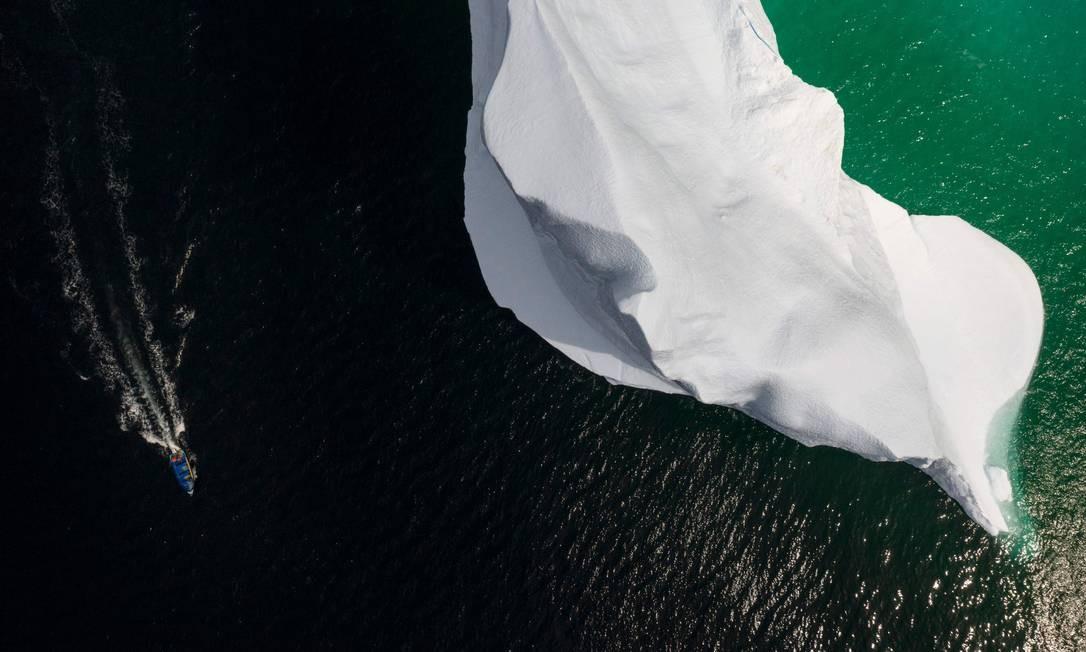 """Os Icebergs que se desprendem das geleiras são """"capturados"""", quebrados e os pedaços colocados em barco. A água é vendida Foto: JOHANNES EISELE / AFP"""